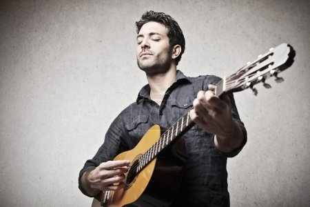Photo pour Jouer de la guitare bel homme - image libre de droit