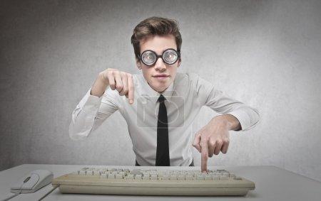 Photo pour Jeune homme d'affaires écrivant avec clavier - image libre de droit