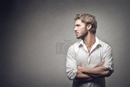 Foto de Perfil de un hombre guapo sobre fondo gris - Imagen libre de derechos