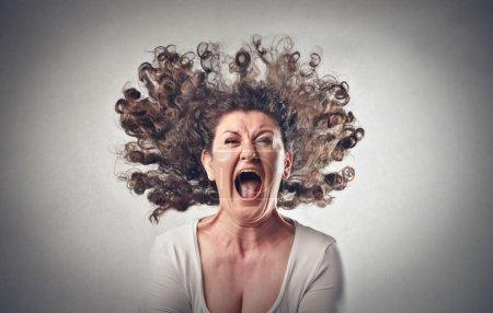 Photo pour Furieuse femme avec les cheveux en l'air - image libre de droit