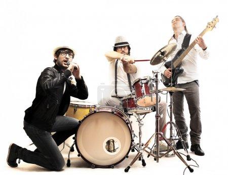 Photo pour Groupe avec chanteur de doble bass et batteur - image libre de droit