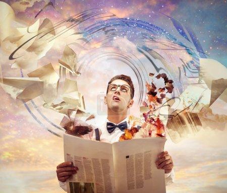 Photo pour Incroyable homme regardant en haut tenant un journal - image libre de droit