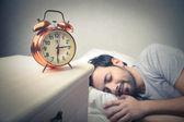 Mann schlafen und träumen