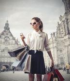 Práce módní žena dělá nakupování