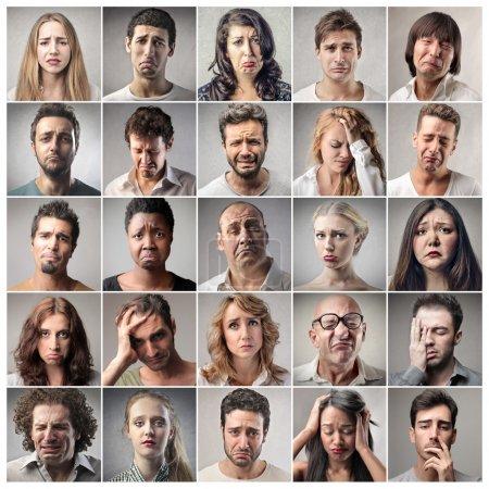 Photo pour Hommes et femmes aux expressions désespérées et tristes - image libre de droit