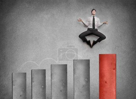 Photo pour Homme d'affaires méditant sur un graphique - image libre de droit