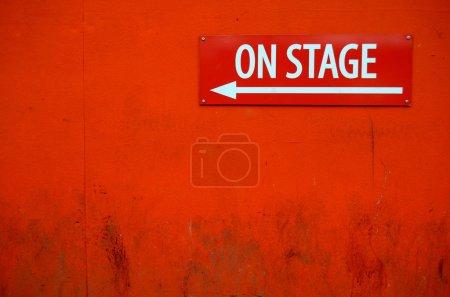Photo pour Un Grungy 'sur scène' signe devant une porte de théâtre - image libre de droit