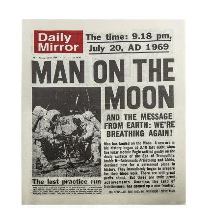 Photo pour SWINDON, UK - CIRCA 1969 : Man On The Moon fait la une du Daily Mirror, Apollo II atterrit sur la lune Juillet 1969 . - image libre de droit