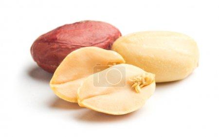 Erdnüsse auf Weiß