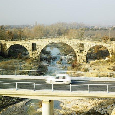 Photo pour Pont julien avec le nouveau pont routier, provence, france - image libre de droit