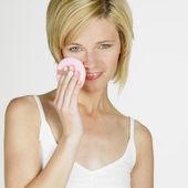 Jasný obrázek obličej ženy s make-up štětce nad bílá