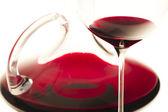 Sklenice na víno a karafa s červeným vínem