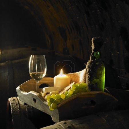 Photo pour Vin nature morte, cave Biza, Cejkovice, République tchèque - image libre de droit