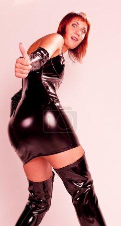 Photo pour Portrait de femme debout portant des vêtements extravagants - image libre de droit
