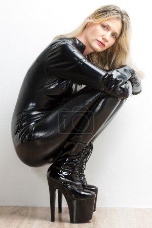 Photo pour Femme assise portant des vêtements extravagants - image libre de droit