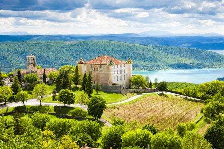 Photo pour Château et église à Aiguines et Lac Sainte Croix en arrière-plan, département du Var, Provence, France - image libre de droit