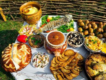 Photo pour Nourriture ukrainienne traditionnelle en assortiment dans la décoration festive - image libre de droit