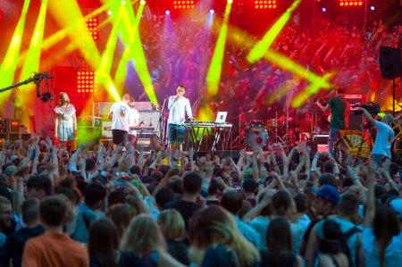 Photo pour MOSCOU - 24 MAI : Le groupe Assai se produit au Bosco Fresh Festival à Muzeon Park le 24 mai 2014 à Moscou. La mission de ce festival est de trouver de nouveaux talents et de les libérer sur la grande scène . - image libre de droit