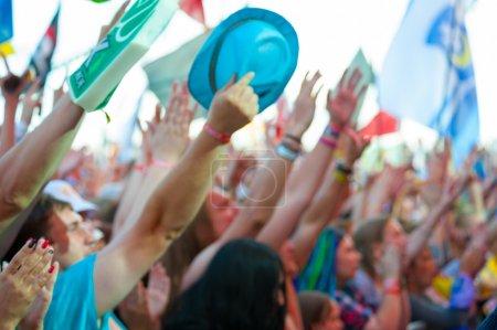 Photo pour Ventilateurs acclamations au festival rock. image pas au point. - image libre de droit