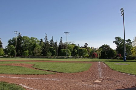 Photo pour Un coup d'un terrain de baseball inoccupé au crépuscule - image libre de droit