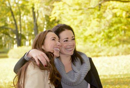 Photo pour Petites amies riantes dans le parc d'automne - image libre de droit