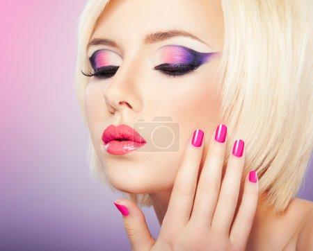 Photo pour Belle femme avec lumineux maquillage violet violet, les lèvres et manucure - image libre de droit