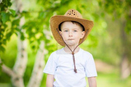 Photo pour Petit garçon au chapeau de cowboy - image libre de droit