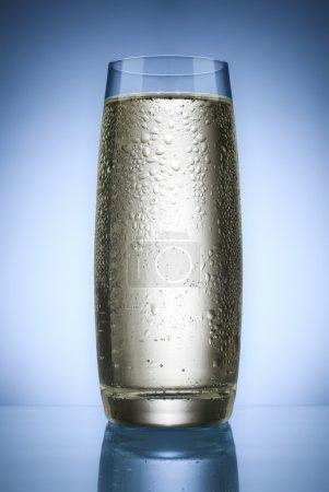 Photo pour Eau minérale en verre close up shoot - image libre de droit