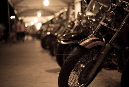 Photo pour Motos exposées au salon de la moto dans la nuit - image libre de droit