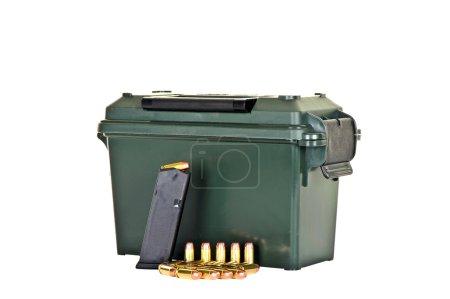 Photo pour Boîte de munitions avec chargeur de fusils de poing de grande capacité et balles - image libre de droit
