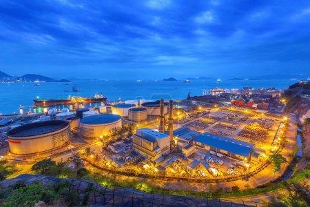 Photo pour Réservoir sphères de stockage de gaz dans l'usine pétrochimique au coucher du soleil - image libre de droit