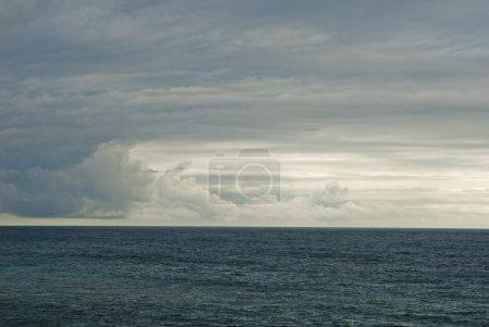 Photo pour Image droite de l'océan Atlantique avec ciel nuageux - image libre de droit