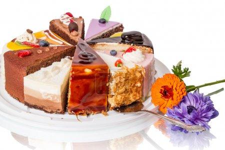 Photo pour Différents morceaux de gâteau et de fleur. Isolé sur fond blanc . - image libre de droit