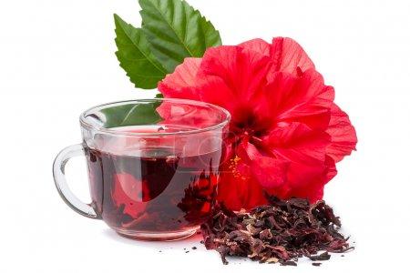 Photo pour Fleur rouge et thé chaud hibiscus. Isolé sur fond blanc - image libre de droit