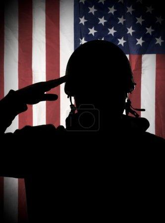 Photo pour Soldat de patriote américain (Usa) saluant au drapeau Usa - image libre de droit