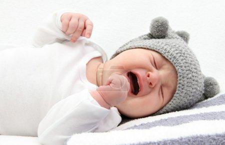 Foto de Bebé llorando en la cama - Imagen libre de derechos