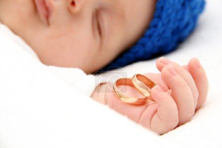 Photo pour Bébé endormi avec alliances - image libre de droit