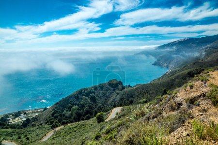 Photo pour Vue panoramique depuis un sommet de montagne le long de la côte californienne de Big Sur par temps clair rare - image libre de droit