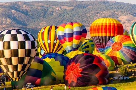 Photo pour Une mer de couleur comme des ballons d'air chaud sont gonflés en préparation d'une ascension de masse - image libre de droit