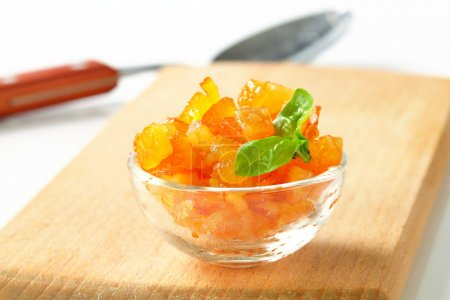 Photo pour Peau d'agrumes confite dans un bol en verre - image libre de droit