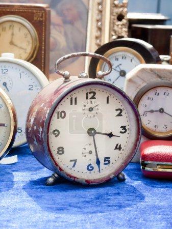 Alte Uhren auf Flohmarkt