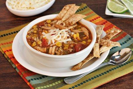 Photo pour Un bol de soupe de tortilla de poulet avec des chips de tortilla maison . - image libre de droit