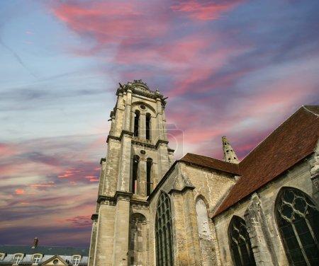 Photo pour France, senlis, picardie, oise-- L'abbaye Saint-Vincent a été fondée en 1065 par la reine Anne de Kiev et confiée aux moines de Génovefains. Le monument a été transformé en pensionnat pour garçons par les Pères des Maristes et existe encore aujourd'hui - image libre de droit