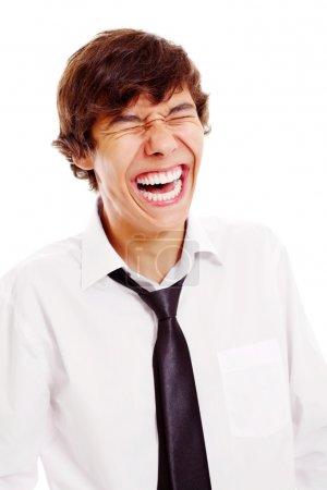Photo pour Portrait rapproché d'une adolescente latino-américaine qui rit bruyamment. Isolé sur fond blanc, masque inclus - image libre de droit