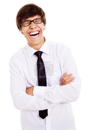 Photo pour Jeune homme plein de rire dans des lunettes noires isolées sur fond blanc - image libre de droit