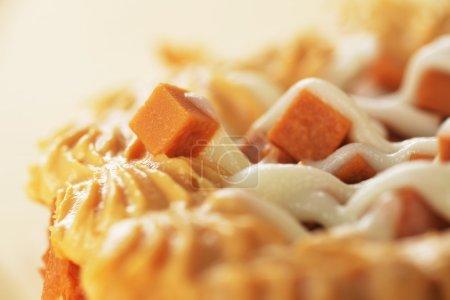 Photo pour Délicieux cupcake au caramel avec glaçage blanc gros plan - image libre de droit