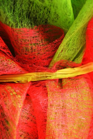 Photo pour Gossamer décoratif et tissu de filet rouge utilisé pour envelopper la fleur - image libre de droit