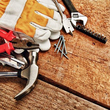 Photo pour Ensemble d'outils différents sur fond en bois - image libre de droit