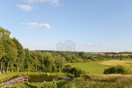 Photo pour Aire de loisirs sur la rive d'un petit lac - image libre de droit