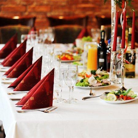 Photo pour Lieu de réception de mariage prêt pour les invités. table avec nourriture et boisson - image libre de droit